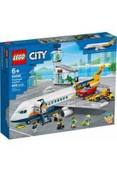 Lego City Avion en Ligne 60262La grande star est venue en ville avec toute sa famille et son équipe grâce au kit <b> Lego City Avion de Ligne </b>! Procurez-vous cet incroyable kit composé de tout ce dont vous avez besoin pour profiter d'une aventure de haut vol avec une vraie star de la pop. Profitez de l'assemblage de ces pièces spéciales pour créer le vrai avion de Poppy Star et une superbe borne d'aéroport. L'avion inclut de la place pour les figurines à l'intérieur, le véhicule et les valises. C'est un luxe pour des heures de création, de jeux et de plaisir. Âge recommandé: + 6 ans. Nombre total de pièces: 669 pièces. Le kit est composé de: 1 mini-figurine de Poppy Starr, 7 figurines adultes, 1 mini-figurine bébé, 1 avion de ligne, 1 remorqueur d'aéroport avec pont élévateur de véhicules, 1 échelle d'embarquement, 1 borne d'aéroport, une voiture rouge et beaucoup plus d'accessoires. Dimensions approximatives de l'avion de ligne: 18 cm de haut, 44 cm de large et 54 cm de long. Dimensions approximatives du terminal: 21 cm de haut, 28 cm de large et 12 cm de profondeur. Dimensions approximatives de chaque mini figurine adulte: 4,2 cm de haut et 2,6 cm de large.